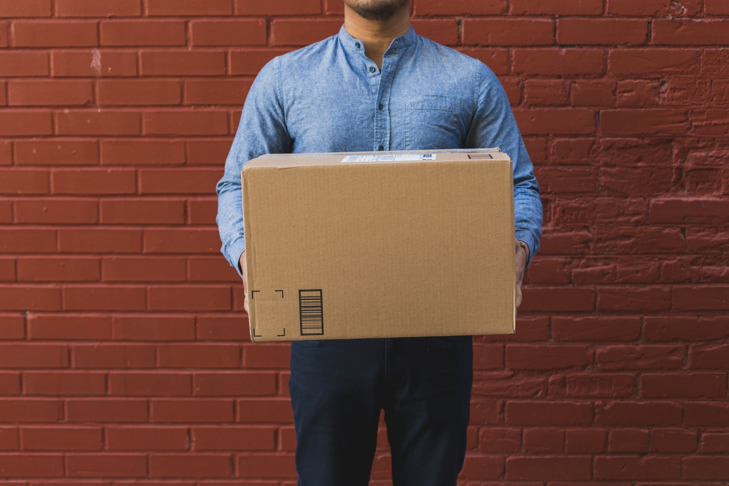Mann mit einem Paket in der Hand